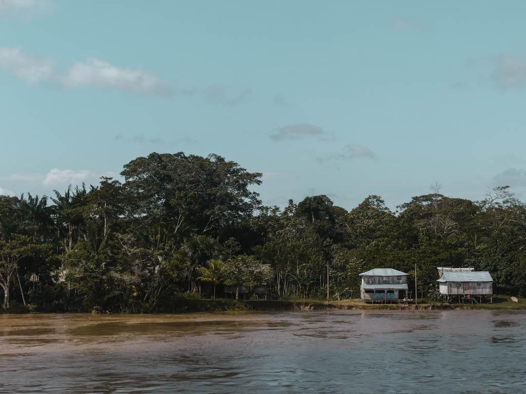 Amazonas Fluss Regenwald Häuser